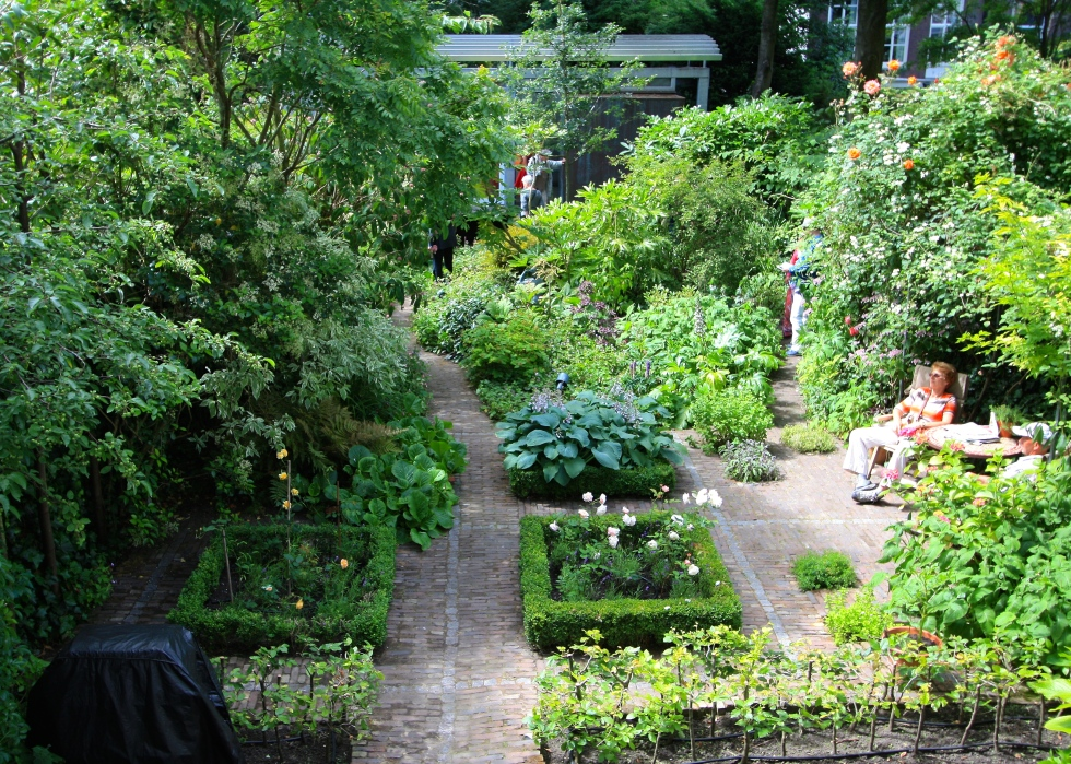 Constructed in 1996, the garden at Herengracht 68 replaced a vast warehouse constructed after WWII